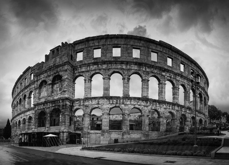 Pula_roman_amphitheatre_outside-Edit.jpg
